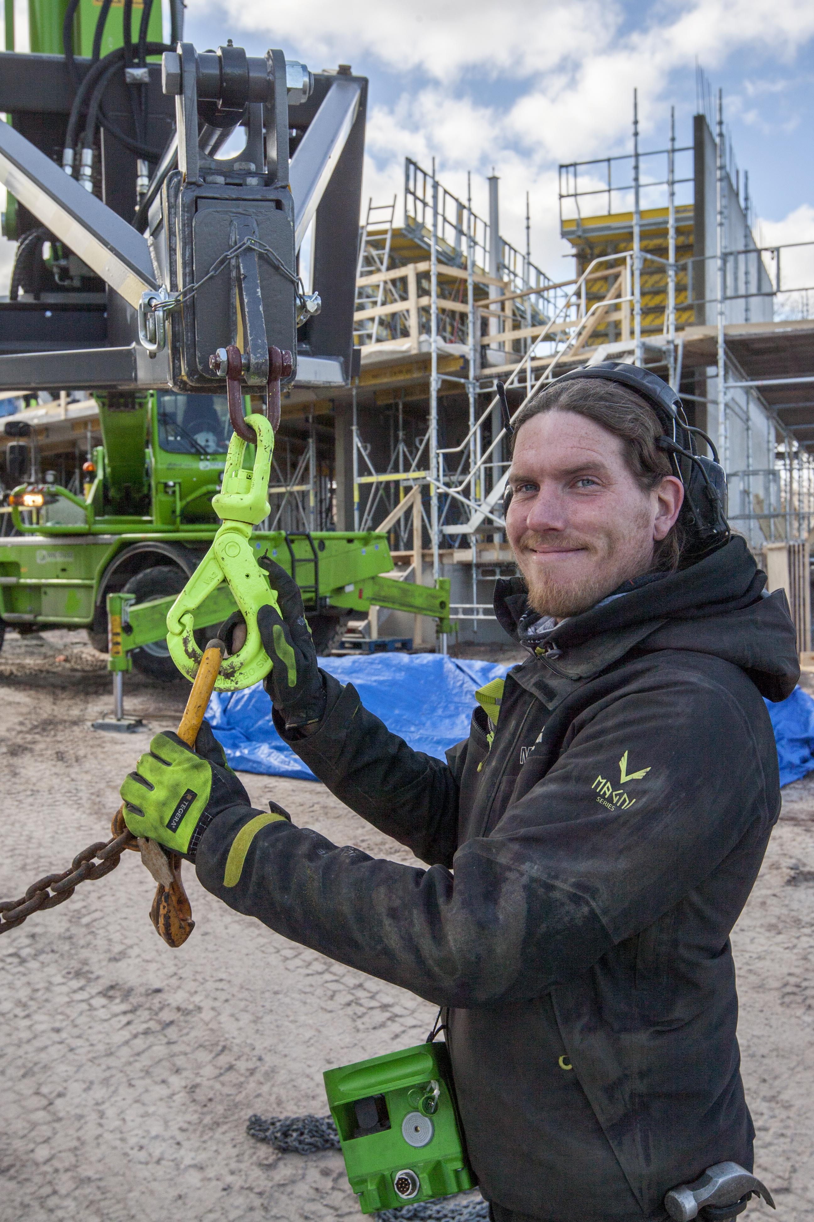 Fredrik Egonsson förbereder en gjutning.